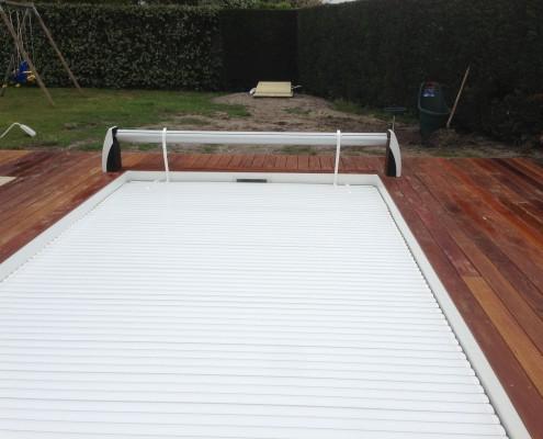 Couverture sécurité piscine à coque Marine et Blanc Piscines